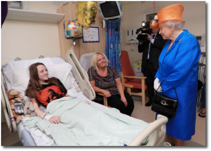 The Queen visiting victims of the Manchester bombing at the children's hospital May 25, 2017